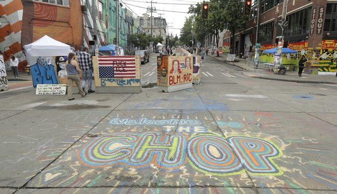"""Η """"αυτόνομη ζώνη"""" που έχουν δημιουργήσει διαδηλωτές στη συνοικία Κάπιτολ Χιλ του Σιάτλ των ΗΠΑ"""