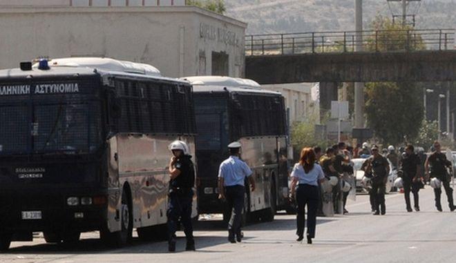 Φορτηγά στους χώρους της Χαλυβουργίας Ελλάδος, φεύγουν από το αντίθετο ρεύμα κυκλοφορίας, υπό την προστασία των ΜΑΤ, Τρίτη 24 Ιουλίου 2012. (EUROKINISSI/ΓΙΩΡΓΟΣ ΠΑΠΑΘΑΝΑΣΙΟΥ)