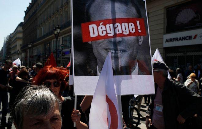 Πλακάτ στα οποία ζητούν από τον Εμανουέλ Μακρόν να αποχωρήσει από την προεδρία της Γαλλίας κρατούσαν οι διαδηλωτές