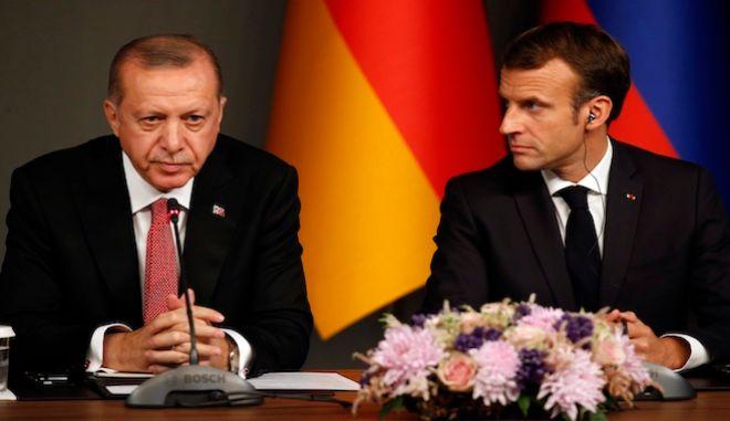 Ο Ρετζέπ Ταγίπ Ερντογάν και ο Εμμανουέλ Μακρόν σε συνέντευξη Τύπου μετά από σύνοδο κορυφής για τη Συρία, στην Κωνσταντινούπολη, 27 Οκτωβρίου 2018.