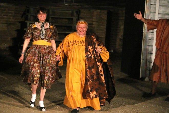 ΑΡΓΟΣ-15-7-2014.Η Άννα Φόνσου, ο Κώστας Βουτσάς και ο Στάθης Ψάλτης  ένωσαν τις δυνάμεις τους και μαζί με εκλεκτούς συναδέλφους τους   μας παρουσίασαν τον ΠΛΟΥΤΟ του Αριστοφάνη στο γεμάτο από κόσμο Αρχαίο Θέατρο Άργους και καταχειροκροτήθηκαν. Τη θεατρική παράσταση  ανέβασε το ¨Θέατρο Νοτίου Αιγαίου¨ σε συνεργασία με το Δημοτικό Οργανισμό Πολιτισμού και Αθλητισμού Ρόδου(ΔΟΠΑΡ). Την παράσταση παρακολούθησαν οι αντιδήμαρχοι Β.Τάγκαλης,Χ. Πετσέλης,ο αντιπρόεδρος της ΚΕΔΑΜ Π.Σκούφης και η ζωγράφος Ελισάβετ Δήμα-Πετροπούλου. Υπόθεση του έργου: Ο «Πλούτος» γράφτηκε γύρω στο 388 π.Χ., όταν πλέον η Αθηναϊκή Δημοκρατία έχει παρακμάσει, κι αποτελεί την τελευταία σωζόμενη κωμωδία του Αριστοφάνη. Ο θεός Πλούτος είναι τυφλός, με αποτέλεσμα να πηγαίνει μόνο προς τους πονηρούς, τους άδικους και τους ανέντιμους, ενώ οι σοφοί, οι τίμιοι και οι εργατικοί υποφέρουν. Ο φτωχός πλην έντιμος αγρότης Χρεμύλος, μετά από χρησμό του Απόλλωνα, ακολουθεί τον τυφλό Πλούτο, τον βοηθάει να βρει και πάλι το φως του και τον πείθει από άδικος να καταστεί δίκαιος, αφού πρώτα εξορίσει μαζί με τον χορό την Πενία από τη σκηνή.  Με την εκπλήρωση της ουτοπίας (θεραπείας) και την αποκατάσταση της δικαιοσύνης, ένα γαϊτανάκι από χαρακτηριστικούς τύπους παρελαύνει από τη σκηνή, είτε για να ευχαριστήσει τον θεό Πλούτο, είτε για να τον κατηγορήσει, με κομβική τη σκηνή του Συκοφάντη (το δεύτερο πρόσωπο που εξορίζει ο ποιητής από τη σκηνή) και το έργο καταλήγει εορταστικά από το προσωπικό όφελος στο συλλογικό, με την τοποθέτηση του Πλούτου στο θησαυροφυλάκιο της Πόλης για την ευημερία των πολιτών της. ΣΥΝΤΕΛΕΣΤΕΣ ΤΗΣ ΠΑΡΑΣΤΑΣΗΣ Σκηνοθεσία: Ζαχαρία Αγγελάκου-Μετάφραση: Κ. Χ Μύρης-Ανάλυση κειμένου: Κώστας Γεωργουσόπουλος-Σκηνικά: Νίκος Βασιλαράς Μουσική: Αντώνης Κυζούλης-Κοστούμια: Αλεξία Κατσιμπράκη-Χορογραφίες: Μαρία Μανιώτη-Στίχοι τραγουδιών: Χ. Μύρης, Ζαχαρία Αγγελάκου Βίντεο: Αλέξανδρος Λουιζίδης- Digital Dreamς-Βοηθός σκηνοθέτη: Ανάληψη Νεκταρία Νομικού-Διεύθυνση Παραγωγής: Καλλιόπη Φαίδρα Αγγελάκου  ΠΑΙΖΟΥΝ Ο