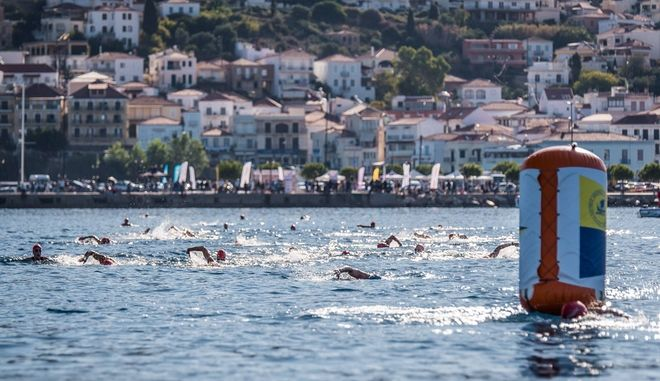 Open water swimming by Vikos στον όρμο του Ναυαρίνου στο γραφικό λιμάνι της Πύλου