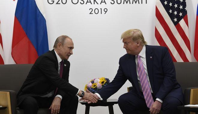 Οι πρόεδροι της Ρωσίας και των ΗΠΑ Βλαντίμιρ Πούτιν και Ντόναλντ Τραμπ κατά την συνάντηση τους στην Οσάκα ψ