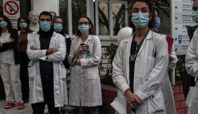 """Διαμαρτυρία γιατρών και νοσηλευτικού προσωπικού στο Ογκολογικό Νοσοκομείο """"Αγιος Σάββας"""", την Παρασκευή 4 Δεκεμβρίου 2020."""