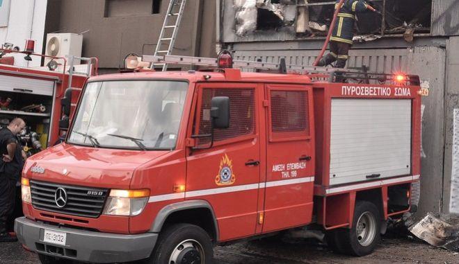 Πυροσβέστες επιχειρούν για την κατάσβεση πυρκαγιάς σε κτήριο κέντρου διασκέδασης στη λεωφόρο Πειραιώς στην Αθήνα το πρωί του Σαββάτου 26 Σεπτεμβρίου 2015. Για την κατάσβεσή της επιχέιρησαν 30 πυροσβέστες με 10 οχήματα. (EUROKINISSI/ΑΝΤΩΝΗΣ ΝΙΚΟΛΟΠΟΥΛΟΣ)