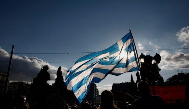 Bloomberg: Υπάρχει τρόπος η Ελλάδα να πάρει χρήματα χωρίς έγκριση της συμφωνίας από τα κοινοβούλια