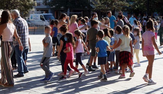 Μαθητές στο Ηράκλειο Κρήτης, βρίσκονται στο προαύλιο μετά την ισχυρή σεισμική δόνηση.