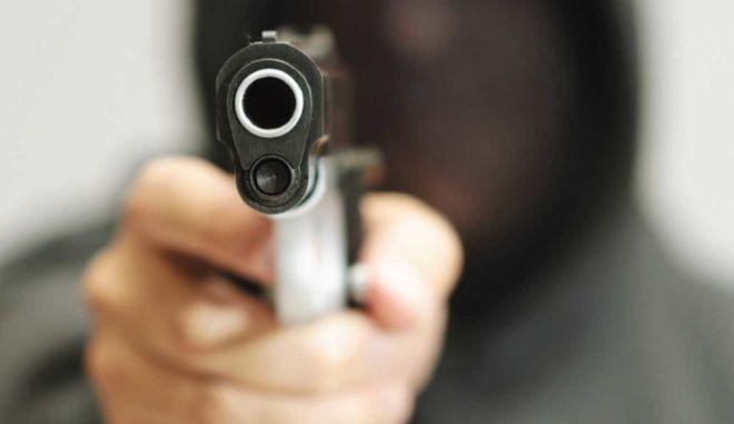 Πώς θα αντιδρούσατε αν κάποιος σας σημάδευε με όπλο