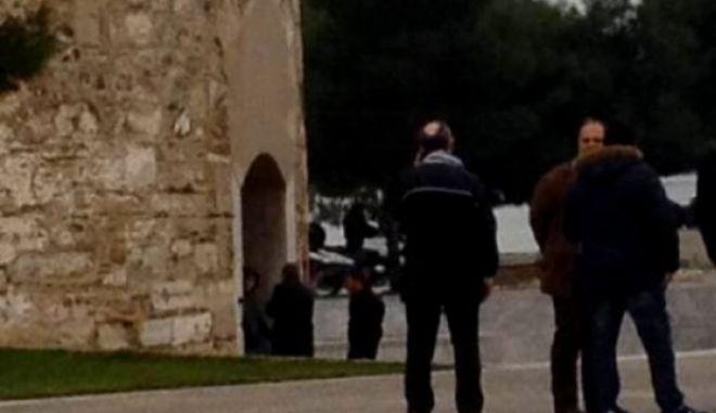 Νεαρός άνδρας απειλεί να ανατιναχθεί μπροστά στο Λευκό Πύργο