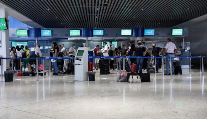 """Κίνηση στο αεροδρόμιο """"Ελευθέριος Βενιζέλος""""."""