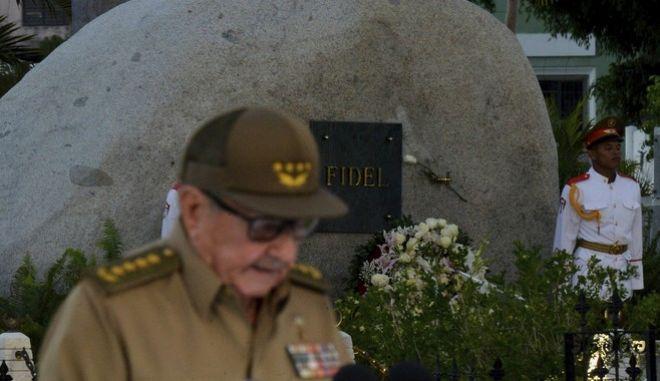 Ο Ραούλ Κάστρο μπροστά από τον τάφο του αδερφού του