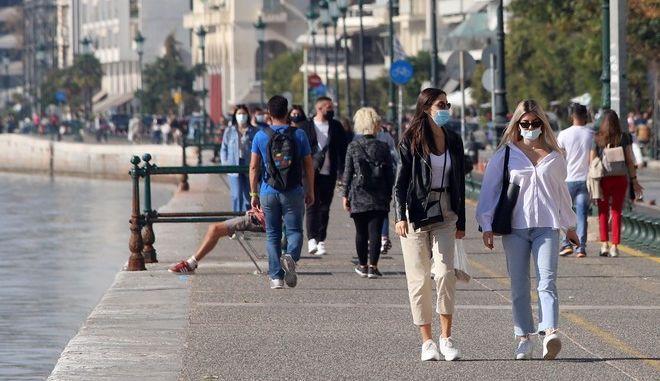 Κόσμος με μάσκες περπατά στην Θεσσαλονίκη