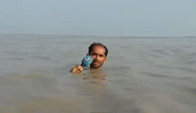 Είδωλο: Πακιστανός δημοσιογράφος καλύπτει την υπερχείλιση ποταμού και γίνεται viral