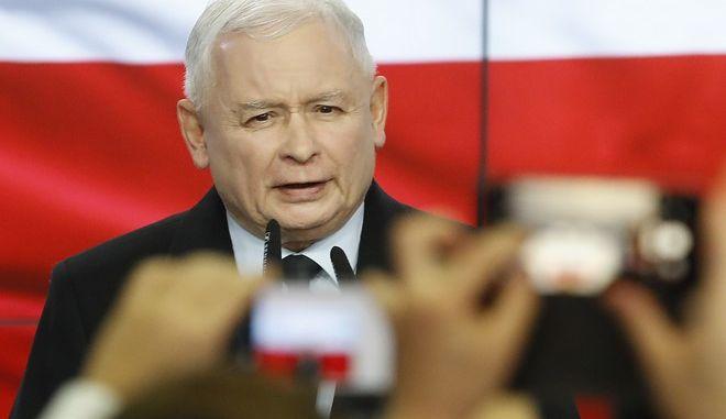Ο Γιάροσλαβ Κατσίνσκι κάνει δηλώσεις μετά την ανακοίνωση του exit poll