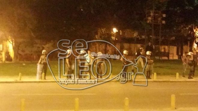 Θεσσαλονίκη: Η στιγμή που αστυνομικοί βγαίνουν από τη φλεγόμενη κλούβα και οι αντιδράσεις