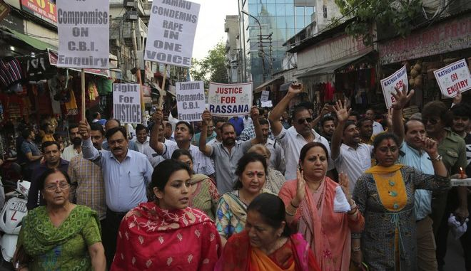 Φωτογραφία από διαδήλωση στην Ινδία για την υπόθεση βιασμού και της δολοφονίας 8χρονου κοριτσιού