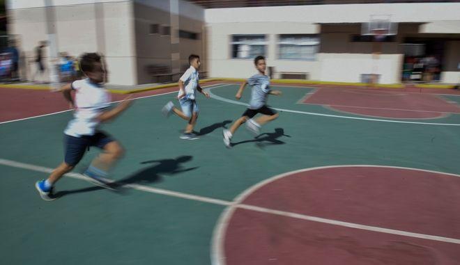 Μαθητές παίζουν σε προαύλιο δημοτικού σχολείου