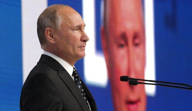 Ο Ρώσος πρόεδρος Βλαντιμίρ Πούτιν σε ομιλία του σε φόρουμ στη Μόσχα
