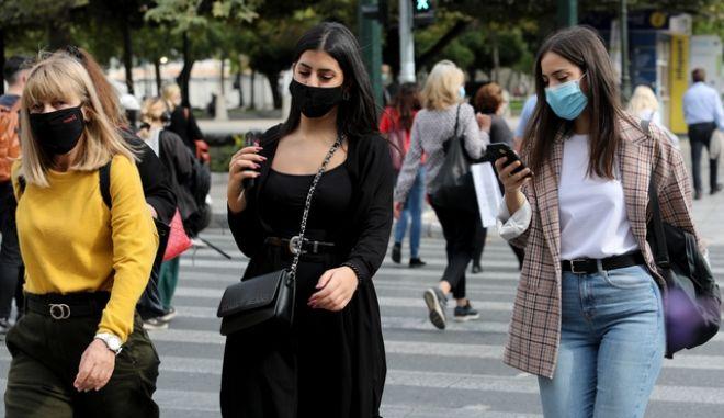 Άνθρωποι με μάσκες στο κέντρο της Αθήνας