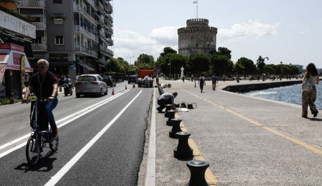 Κόσμος περπατάει στην παραλία της Θεσσαλονίκης