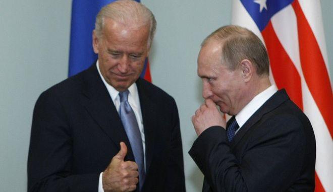 Ο Τζο Μπάιντεν και Βλαντίμιρ Πούτιν σε συνάντησή τους στη Μόσχα τον Μάρτιο του 2011