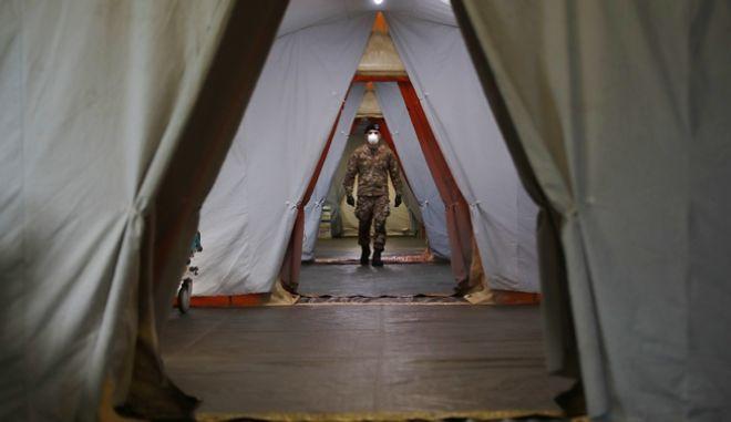Ιταλός στρατιώτης σε υπαίθριο νοσοκομείο