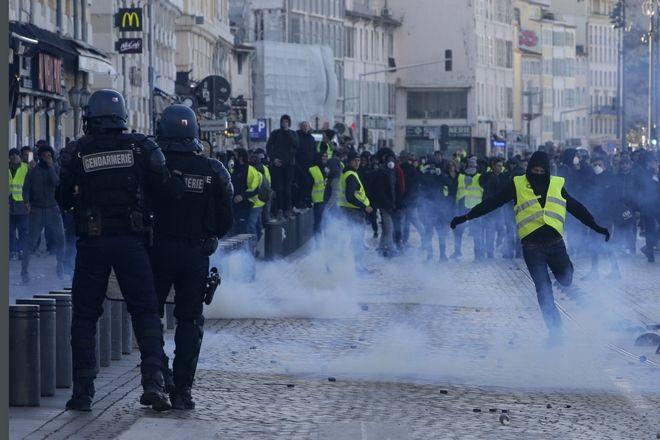 Διαδηλωτής κλωτσά δακρυγόνο στη Μασσαλία