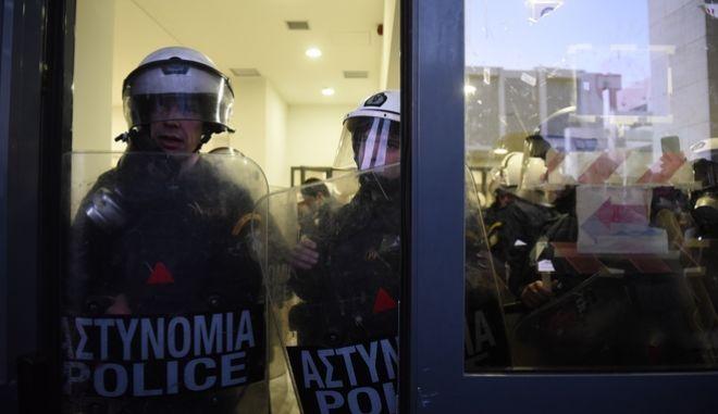 Επεισόδια στο ειρηνοδικείο Αθηνών,μεταξύ αστυνομίας και οργανώσεων ενάντια στους πλειστηριασμούς,Τετάρτη 29 Νοεμβρίου 2017 (EUROKINISSI/ΜΠΟΛΑΡΗ ΤΑΤΙΑΝΑ )