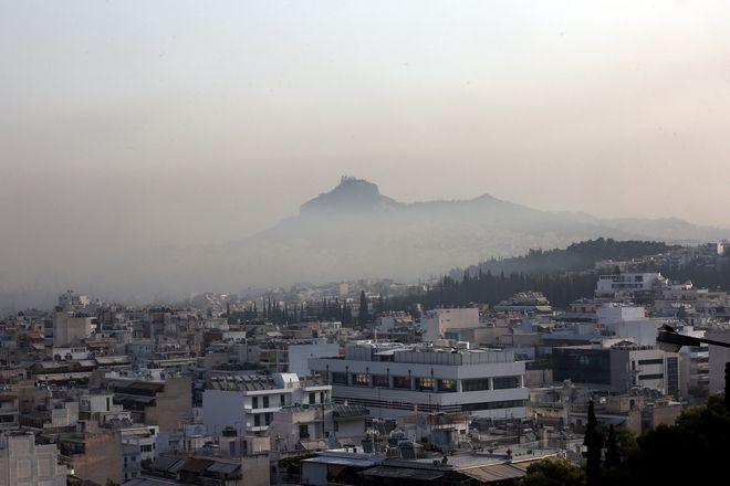 Η ατμόσφαιρα στην Αθήνα στις 4 Αυγούστου εξαιτίας της πυρκαγιάς στην Βαρυμπόμπη