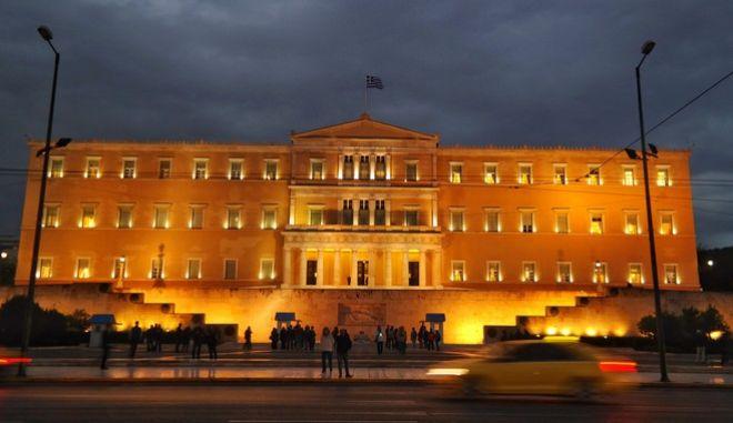 Εξωτερική άποψη από το φωτισμένο κτήριο της Βουλής. (EUROKINISSI/ΓΙΩΡΓΟΣ ΚΟΝΤΑΡΙΝΗΣ)