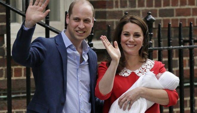 Ο νεογέννητος πρίγκιπας με τους γονείς του στην πρώτη δημόσια εμφάνισή του