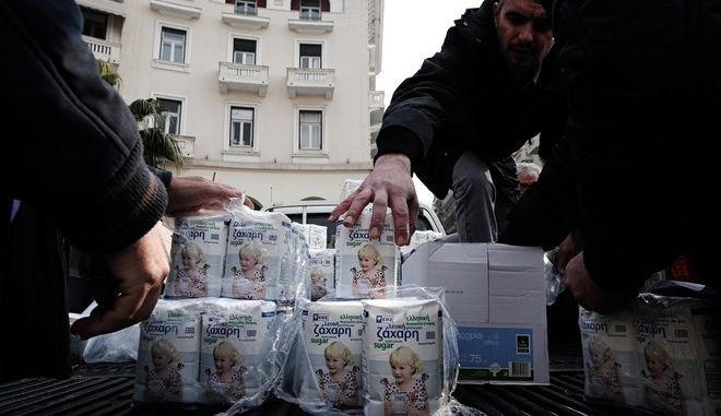Hellenic Sugar Industry employees and beet producers demonstrate in Thessaloniki on January 19, 2015. During the demonstration the employees distribute sugar to passers at Aristotelous Square. /            19  2015.              .