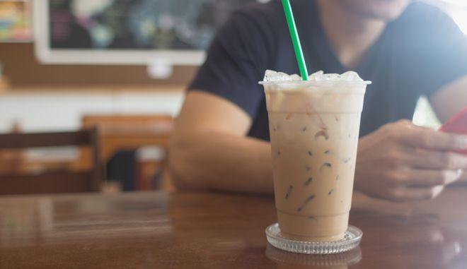 Πλαστικό ποτήρι με καφέ. Φωτογραφία αρχείου