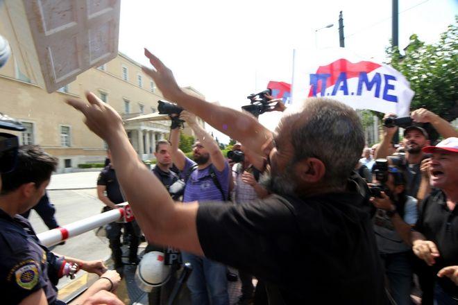 ΑΘΗΝΑ-Συγκέντρωση διαμαρτυρίας εναντίον των προαπαιτούμενων της 2ης αξιολόγησης πραγματοποιεί έξω από τη Βουλή το ΠΑΜΕ// Στη φωτογραφία πέταξαν ψάρια.(Eurokinissi-ΔΗΜΗΤΡΟΠΟΥΛΟΣ ΣΩΤΗΡΗΣ)