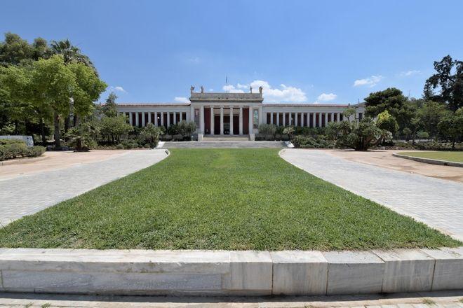 Ο αισθητικά αναβαθμισμένος εξωτερικός κήπος του Εθνικού Αρχαιολογικού Μουσείου, αποδόθηκε τη Δευτέρα στους Αθηναίους και στους επισκέπτες του Μουσείου. Το έργο της ανάπλασης, πραγματοποιήθηκε με στόχο την αισθητική και λειτουργική αναβάθμιση του προαυλίου και των χώρων πρασίνου, με απόλυτο σεβασμό στην ιστορική, πολιτισμική, αισθητική και αστική ταυτότητα του Μνημείου. Η έμπνευση για τον σχεδιασμό, προέρχεται από την ελληνική φύση αλλά και τους αρχαίους ελληνικούς κήπους, με αυτοφυή ιστορικά φυτά όπως δίκταμο, θυμάρι, άγρια ρίγανη, κυπαρίσσια, μυρτιές αλλά και παραδοσιακά καρποφόρα είδη όπως ροδιές, λωτούς, αμυγδαλιές και αμπέλι. Συνολικά φυτεύτηκαν περί 6.000 νέα φυτά, ενώ εγκαταστάθηκε νέο αυτόματο σύστημα άρδευσης, καθώς και νέος σύγχρονος αντιβανδαλιστικός φωτισμός. Η Υπουργός Πολιτισμού και Αθλητισμού κ. Λίνα Μενδώνη στον χαιρετισμό της είπε ότι «Πριν από ένα χρόνο και μία ημέρα, ο Πρωθυπουργός Κυριάκος Μητσοτάκης, εκφωνώντας τις Προγραμματικές Δηλώσεις της κυβέρνησής του, αναφέρθηκε στο έργο του Εθνικού Αρχαιολογικού Μουσείου, ως ένα από τα εμβληματικά έργα, το οποίο θέλει, όχι μόνο να περιλαμβάνει την επέκταση του μεγαλύτερου και μέγιστου μουσείου της χώρας, αλλά να συμβάλλει στην αναγέννηση της συγκεκριμένης περιοχής της πρωτεύουσας. Η οδηγία του ήταν σαφής και συγκεκριμένη. βΕίναι το έργο, το οποίο με ενδιαφέρει. Είναι το έργο, στο οποίο δίνω ιδιαίτερη σημασίαβ. Επομένως, το Υπουργείο Πολιτισμού δεν είχε παρά να πάρει αυτή την εντολή και να ενεργοποιήσει αμέσως τους μηχανισμούς του. Έναν χρόνο λοιπόν μετά από τις δηλώσεις του Πρωθυπουργού, σε συνεργασία με την JTI, η οποία δεν είναι άγνωστη στο Εθνικό Αρχαιολογικό Μουσείο, αφού πριν ΕΛΛΗΝΙΚΗ ΔΗΜΟΚΡΑΤΙΑ ΥΠΟΥΡΓΕΙΟ ΠΟΛΙΤΙΣΜΟΥ ΚΑΙ ΑΘΛΗΤΙΣΜΟΥ ΓΡΑΦΕΙΟ ΤΥΠΟΥ  ------  από τέσσερα χρόνια με μια αντίστοιχη ευγενική και γενναία χορηγία είχε δημιουργήσει τον εσωτερικό κήπο του Μουσείου, έχουμε την τύχη και τη χαρά, να παραδίδεται στο Μουσείο και στους πολίτες της Αθήνας, ο αναγεννημένος κήπος. Όταν μου πρωτοείπαν γ