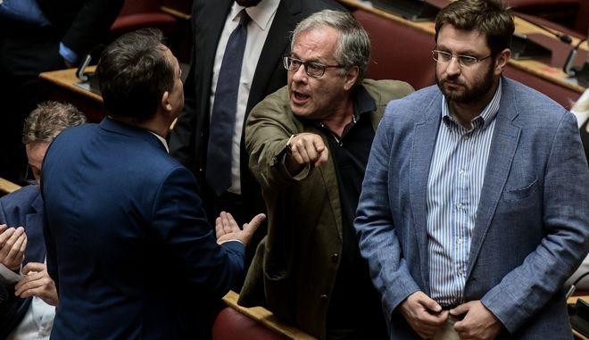 Ο βουλευτής του ΣΥΡΙΖΑ, Κωνσταντίνος Μάρκου έκανε χειρονομία προς τον βουλευτή του ΚΙΝΑΛ, Δημήτρη Κωνσταντόπουλου προκαλώντας την αντίδραση του προεδρείου