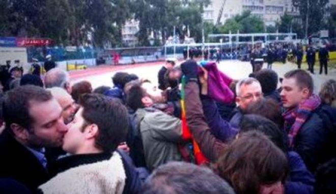 Πρωτότυπη διαμαρτυρία ενάντια στον Σεραφείμ: Ομοφυλόφιλοι αντάλλαξαν φιλιά αγάπης στον Αγιασμό