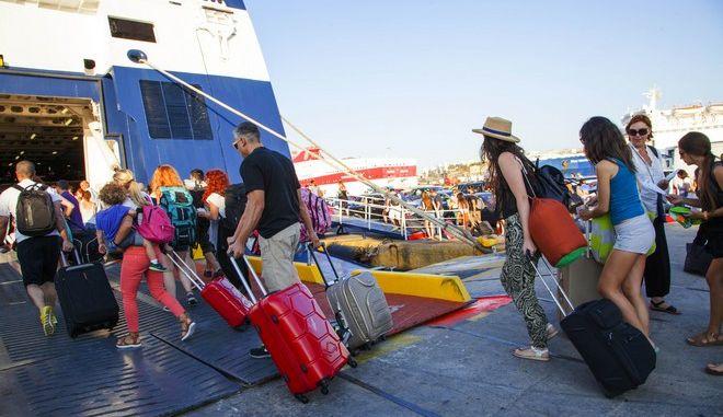 Επιβάτες εισέρχονται σε πλοίο στο λιμάνι του Πειραιά την Παρασκευή 1 Αυγούστου 2014. (EUROKINISSI/ΚΑΤΕΡΙΝΑ ΝΟΜΙΚΟΥ)