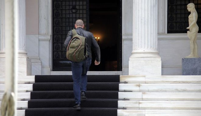 Ο υπουργός Οικονομικών Γιάνης Βαρουφάκης στο Μέγαρο Μαξίμου για την συνεδρίαση της πολιτικής ομάδας διαπραγμάτευσης το Σάββατο 30 Μαΐου 2015. (EUROKINISSI/ΓΙΩΡΓΟΣ ΚΟΝΤΑΡΙΝΗΣ)