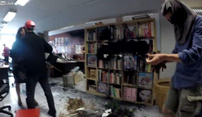 Ρουβίκωνας: Το βίντεο από την επίθεση στα γραφεία της Athens Voice