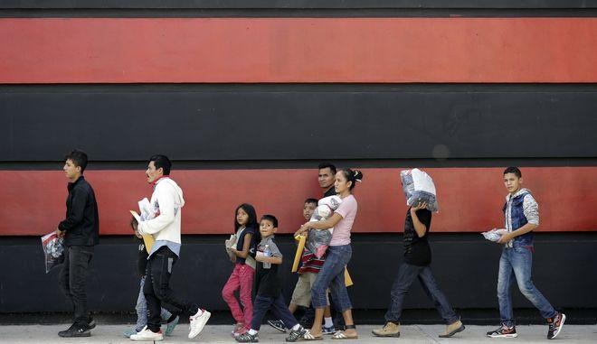 Αναστέλλεται η άσκηση διώξεων εναντίον των παράτυπων μεταναστών που περνούν τα σύνορα των ΗΠΑ με τα παιδιά τους