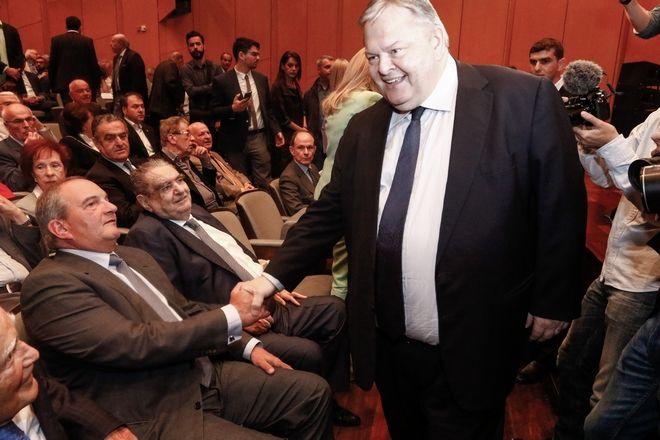 Ο πρώην πρωθυπουργός Κώστας Καραμανλής και ο πρώην πρόεδρος του ΠΑΣΟΚ Ευάγγελος Βενιζέλος στην παρουσίαση του βιβλίου του Γιάννη Βαρβιτσίωτη με τίτλο