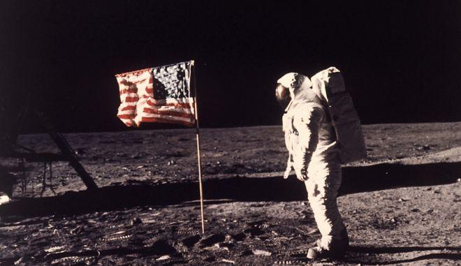 "O Edwin E. ""Buzz"" Aldrin, ποζάρει δίπλα στη σημαία των ΗΠΑ στην επιφάνεια της Σελήνης στις 20 Ιουλίου 1969."