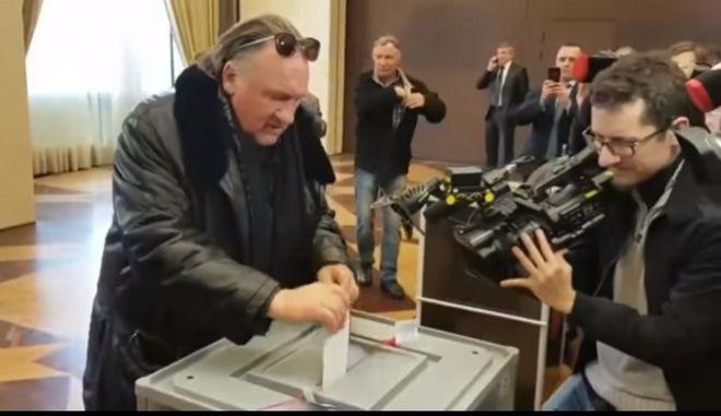 """""""Δαγκωτό"""" στον Πούτιν από το Ζεράρ Ντεπαρντιέ - Ψήφισε για πρώτη φορά ως Ρώσος πολίτης"""