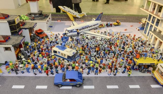 GR80s: Το θρυλικό φεστιβάλ 'Rock in Athens' μέσα από Playmobil