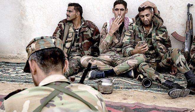 Σύροι μαχητές σε στιγμή ξεκούρασης
