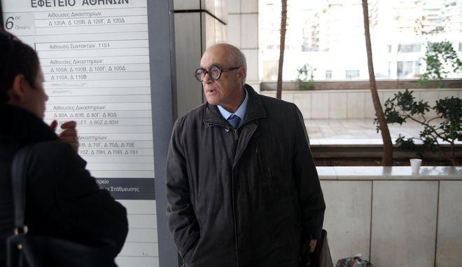 Ο δικηγόρος Φραγκίσκος Ραγκούσης συνομιλεί με δημοσιογράφους στο Εφετείο