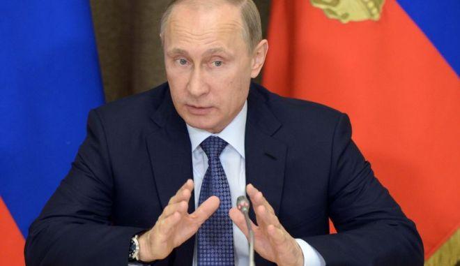 Ρωσία: Αμφιλεγόμενο νόμο για τις ξένες ΜΚΟ υπέγραψε ο Πούτιν