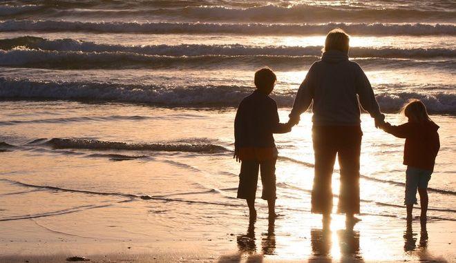 Ο πολιτικός κόσμος ευχαριστεί και ευγνωμονεί τις μητέρες