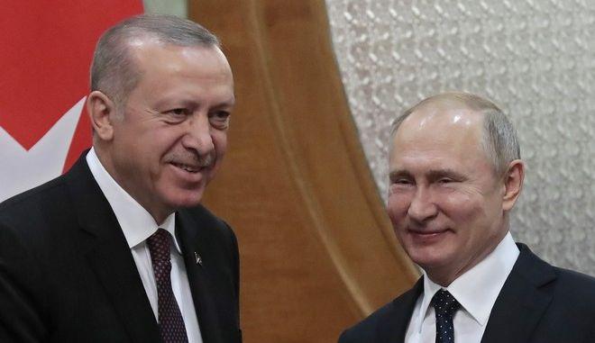 Ο Τούρκος πρόεδρος Ρετζέπ Ταγίπ Ερντογάν και ο Ρώσος ομόλογός του Βλαντίμιρ Πούτιν σε συνάντησή τους στο Σότσι